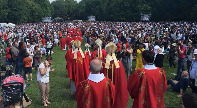1100 người nhận phép thêm sức ở giáo phận Pontoise Pháp, người lớn tuổi nhất 92 tuổi!