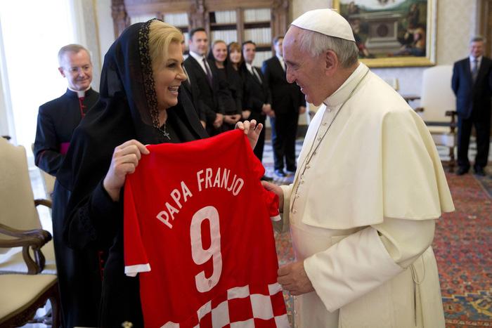 bà Kolinda đã tặng Giáo Hoàng Francis chiếc áo đấu của ĐTQG Croatia