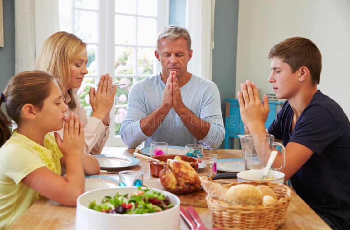 Tại Sao Người Công Giáo Vinh Dự Làm Dấu & Thành Tâm Cầu Nguyện Trước Khi Ăn?