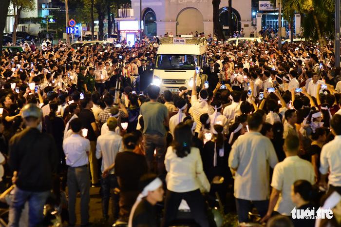 Hàng ngàn giáo dân cầu nguyện đưa Đức tổng giám mục về nơi an nghỉ